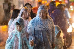 Chen chân chơi chợ Trung thu trong mưa