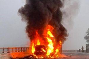 Xe container bốc cháy trên QL1, đầu xe bị thiêu rụi, hàng hóa đầy thùng