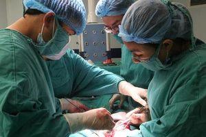Khối u 'khủng' nặng 9kg nằm trong người bệnh nhân 63 tuổi