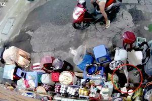 Công an vào cuộc truy bắt người phụ nữ xúi giục con nhỏ trộm túi tiền của bà cụ bán hàng ở vỉa hè