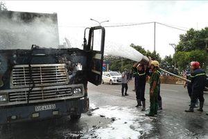 Xe container bất ngờ bốc cháy khi đang lưu thông