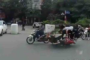 Camera giao thông: Đi ngược chiều chờ sang đường, cô gái bất ngờ bị 2 thanh niên 'hạ đo ván'