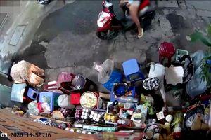 Người phụ nữ chở con dàn cảnh trộm tiền của bà bán tạp hóa khai gì?