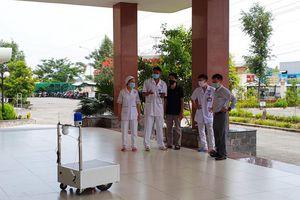 Robot phục vụ khu điều trị Covid-19