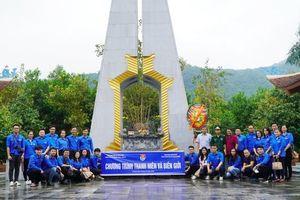 Thanh niên ngành Công Thương dâng hương tại Đài tưởng niệm các Anh hùng liệt sĩ Pò Hèn