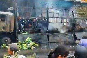 Nghệ An: Xe tải bốc cháy dữ dội khi di chuyển trên đường