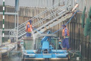 Xem công nhân nạo vét bùn đen đoạn cuối kênh Nhiêu Lộc - Thị Nghè