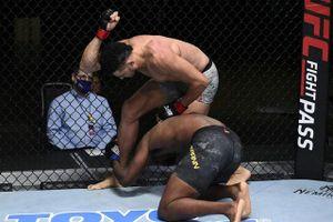 Quá ham tấn công, võ sĩ Brazil bị trượt chân và nhận cái kết thê thảm