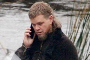 Hình ảnh Matt Damon nghe điện thoại giữa bối cảnh phim cổ trang