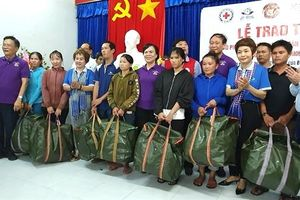 Tặng đồng phục áo phao, phao cứu sinh cho 500 ngư dân Phú Yên