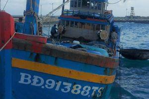 Bộ đội Trường Sa kịp thời sửa chữa máy chính cho tàu cá Bình Định gặp sự cố trên biển