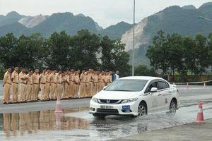 Ngắm kỹ năng lái xe điêu luyện của CSGT dẫn đoàn