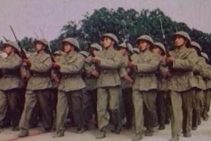 Chiến sĩ Việt Nam oai hùng trong cuộc diễu binh sau ngày Giải phóng Thủ đô