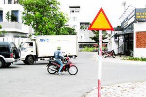 Nhiều biển báo giao thông lắp ngược