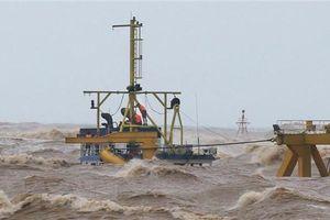 Quảng Trị: Cứu hộ thành công 2 thuyền viên, còn 8 thuyền viên đang gặp nguy hiểm