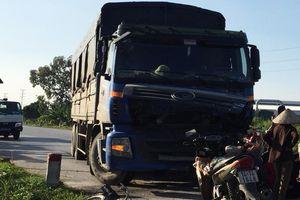 Va chạm với xe tải, 2 mẹ con tử vong