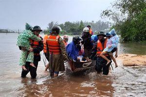 Giúp dân khắc phục hậu quả do bão số 6