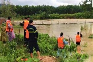 Lực lượng chức năng đội mưa tìm kiếm người dân bị nước lũ cuốn trôi