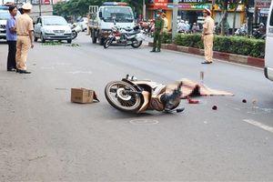 Va quệt với xe máy, người phụ nữ bị xe buýt tông tử vong