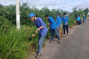 Phú Tân ra quân 'Ngày chủ nhật xanh' vệ sinh môi trường