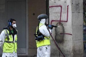 Pháp bắt giữ đối tượng vẽ biểu tượng phát xít Đức gần bảo tàng Louvre
