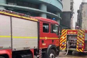 Dập tắt đám cháy tại tầng dịch vụ chung cư ở quận Hoàng Mai