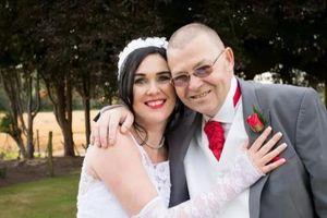 Cô dâu 'hoảng hồn' khi bố ruột phát bệnh tim trong lễ cưới của mình