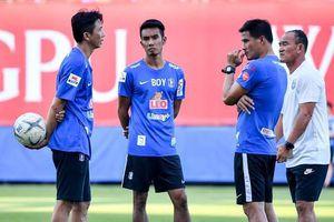 Thầy trò Dusit lên hương và 'cắt đuôi' các đội ở Thai-League 1