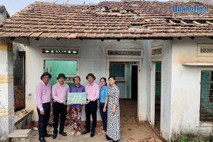Ngân hàng CSXH Việt Nam trao 215 triệu đồng hỗ trợ thiệt hại do bão số 6