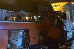 Tai nạn giao thông mới nhất hôm nay 15/10: Xe khách tông trực diện xe container, 19 người thương vong