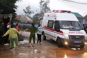 Xót xa hình ảnh người nhà cầm hương chạy theo xe chở thi thể Chủ tịch UBND huyện Phong Điền