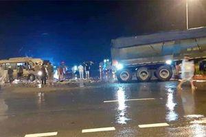 Lại va ô tô đầu kéo, xe khách biến dạng, 4 người bị thương