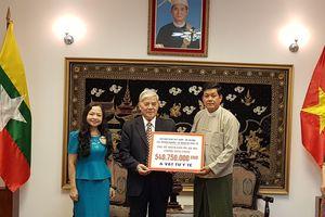 Trao số tiền nhân dân Việt Nam ủng hộ Myanmar chống dịch COVID-19