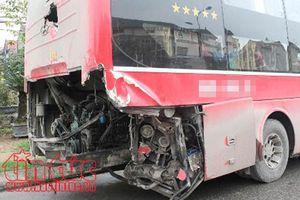 Xe khách va chạm với xe đầu kéo ở Yên Bái, 4 người bị thương
