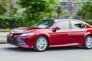 Toyota Camry liên tiếp giữ ngôi vương phân khúc dù bị cạnh tranh khốc liệt