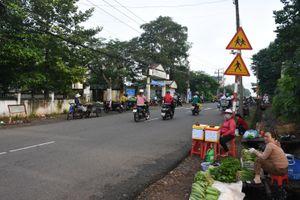 Hàng rong bán trước cổng trường, gây cản trở giao thông