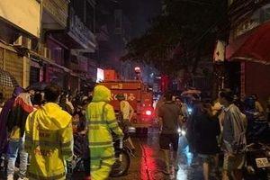 Giải cứu 5 người mắc kẹt trong cửa hàng gas đang bốc cháy