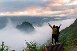 Ngắm dòng sông mây siêu thực trên hẻm Tu Sản