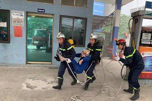 Cứu nhân viên mắc kẹt trong đám cháy giả định tại cây xăng CTM -GGE