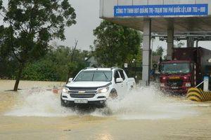 Cận cảnh nước lũ tràn qua quốc lộ 1 buộc BOT Quảng Trị phải xả trạm