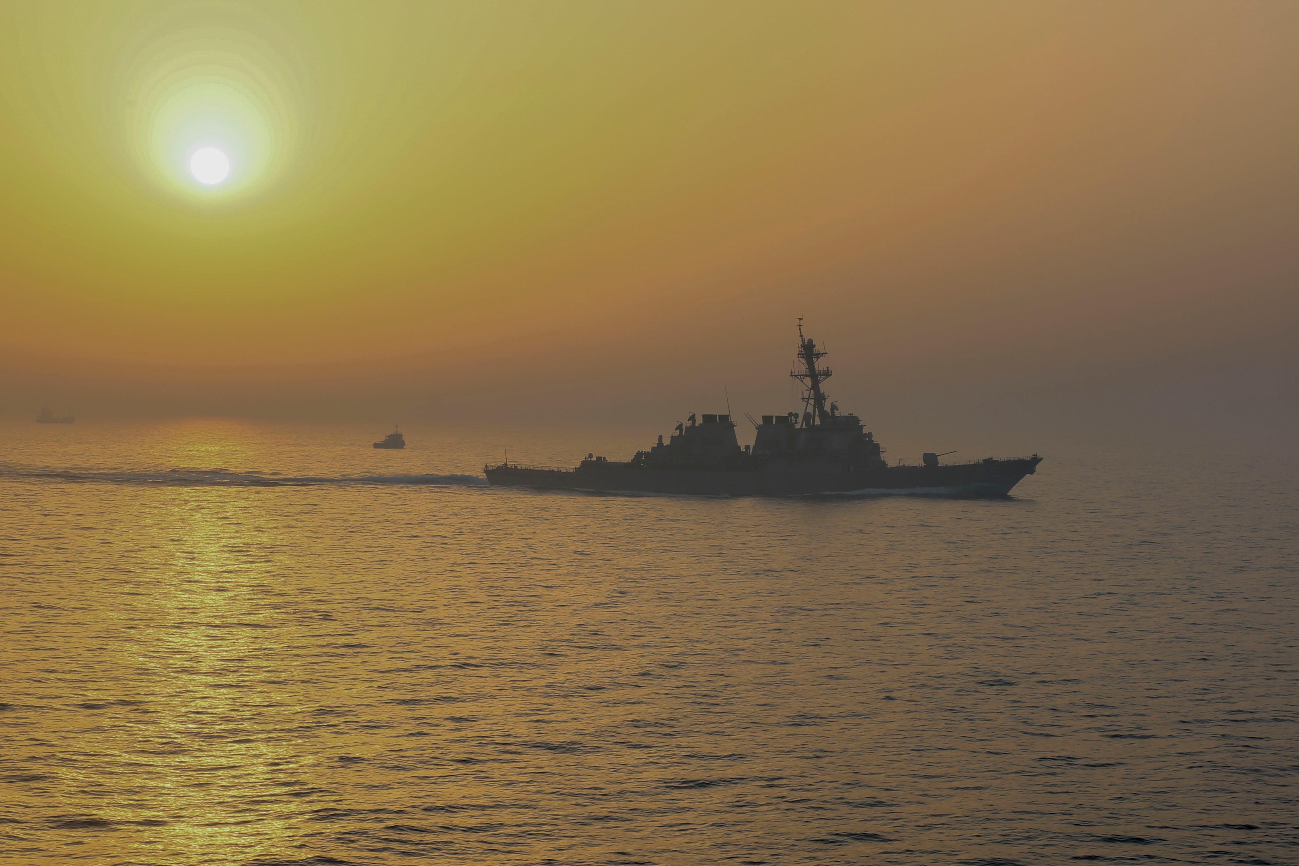 Chiến hạm Mỹ rỉ sét loang lổ sau 215 ngày lênh đênh trên biển tránh dịch Covid-19