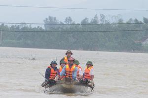 Quảng Bình: Đẩy thuyền phao vượt lũ đưa sản phụ đi sinh