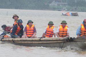 Công an dùng thuyền phao vượt lũ đưa sản phụ đi sinh