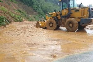 Mưa lớn sạt lở đất trên Quốc lộ 7 đoạn qua huyện Con Cuông (Nghệ An)