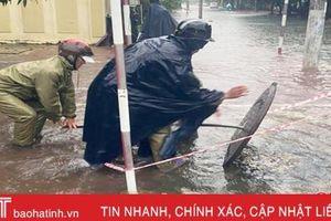 Trực cống tháo nước, ứng phó diễn biến mới của mưa lũ tại TP Hà Tĩnh
