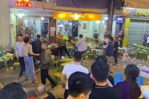 Clip: Hỗn chiến trên phố đi bộ Hà Nội, nhóm nam thanh niên dùng ghế nhựa, chai bia lao vào đánh nhau