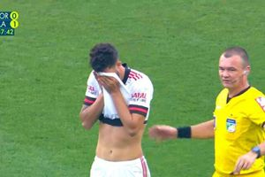 Cầu thủ Brazil bị chấn thương tinh hoàn khi đang thi đấu