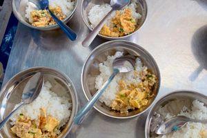 Thanh tra trường tiểu học bị tố bớt khẩu phần ăn học sinh