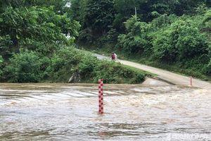 Nghệ An: Nhiều tuyến đường ngập nước, sạt lở đất đá không thể đi lại