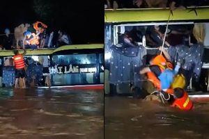 Clip: Cận cảnh giải cứu 20 người trên xe khách bị lũ cuốn trong đêm ở Quảng Bình